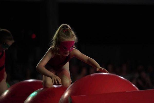 kleuter en rode bal